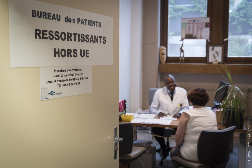 un agent des Quinze-Vingts accueille une patiente